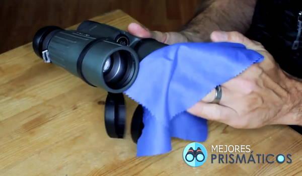 limpiar lentes de los prismáticos con paño de microfibra